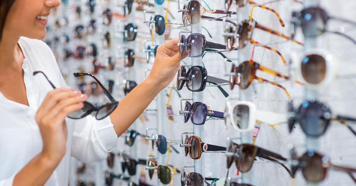 A különböző napszemüvegkeretek előnyei és hátrányai